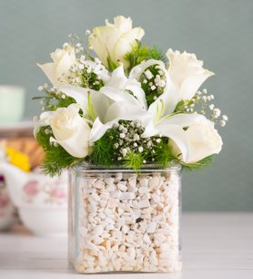 Zarif ve Beyaz Güller ve Lilyumlar
